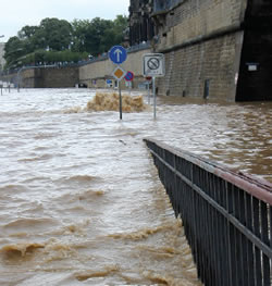 Flooding in Dresden: Water flowing out of the sewage system onto Terrassenufer